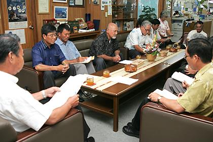 川満町長(左)に波照間航路問題など8項目を要請した波照間公民館の役員ら=30日午前、竹富町長室