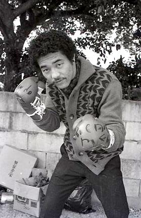 世界チャンピオンとなり、凱旋(がいせん)した具志堅用高氏=1976年=。同氏のガッツポーズをデザインしたモニュメントが設置されることになった