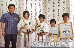 全日本ジュニア空手道選手権大会で3位などの好成績を収め、中山義隆石垣市長に報告を行った前田島光里、大道朱夏、大道あかり、大道妃夏の各選手たち(左から)