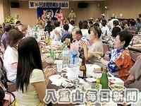 舞台の余興などで盛り上がった東京波照間郷友会の定期総会=江東区の森下文化センター、7月28日