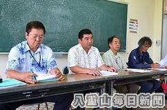 福島県の高校生招待について記者会見する浦内会長ら(左から2人目)=1日午後、石垣青少年の家