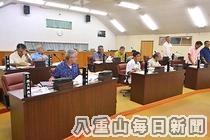 野党多数で川満町政には厳しい状況が続いている竹富町議会。写真は6月定例町議会で町過疎地域自立促進計画が否決された際の採決状況=6月21日午後、議場