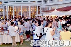 中庭で行われた「星空コンin石垣島」の立食パーティー=4日夜、ANAインターコンチネンタル石垣リゾート