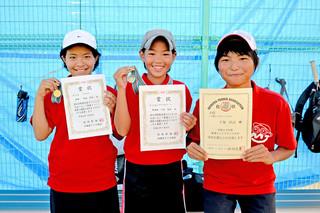 優勝した東盛希和さん、準優勝の下地美満(みちる)さん、3位入賞した下里うららさん(左から)=8日午後、市中央運動公園市営テニスコート