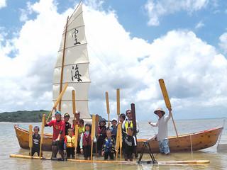 帆掛けサバニで西表島を一周した干立子ども会の人たち