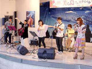 八重山ゆかりのアーティストが出演し、フィナーレで「島人ぬ宝」を歌った「第1回美ら島フェスティバル」(東武百貨店池袋店)