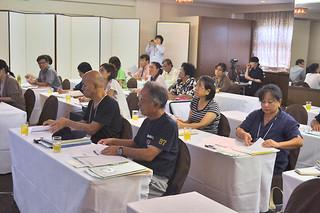 2013年度沖縄プレミアムアカデミー石垣会場の受講者ら=28日午前、市内のホテル