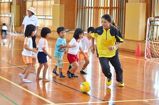 子どもたちとのミニゲームを楽しんだ川上さん(右)=30日午前、平真小体育館