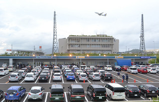 全国でも珍しい空港に隣接するレンタカーステーション。背後では給油所の建設も進められている。=31日午後、南ぬ島石垣空港隣接地