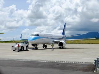 4日から定期便運航となるマンダリン航空機=7月3日午後2時40分ごろ、南ぬ島石垣空港