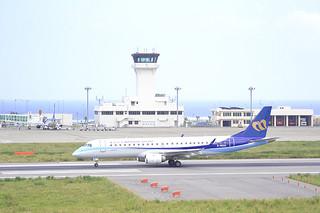 定期便として初めて南ぬ島石垣空港を出発するマンダリン航空のERJ190=4日午後2時47分ごろ