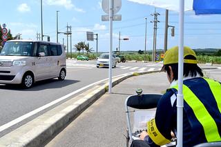 空港と市街地を結ぶ道路で実施された交通量調査=3日午前、南ぬ島石垣空港前交差点