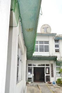 老朽化でセメントの部分がはがれおちた市立文化会館入り口の軒天=5日午後