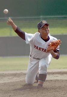 6回までを投げ、被安打ゼロに抑えた八重高の上地亮太郎=7日午後、糸満市西崎球場
