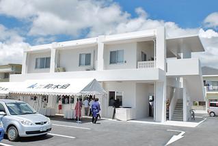 2階に八重山地区医師会の事務所が開設された建物。1階は上原内科院が来年1月中旬から夜間診療を始める予定になっている=9日午後零時半すぎ。