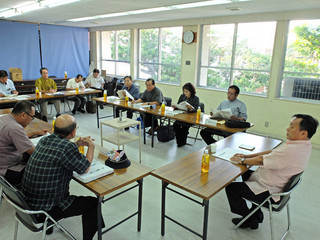 採択教科書が答申内容と異なる場合の対応について協議する委員ら=9日午後5時すぎ、市教育委員会