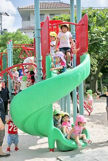 新しい複合遊具で遊ぶ新栄町保育所の園児ら=10日午後、新栄公園