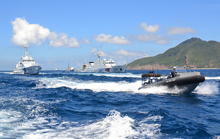 魚釣島近海を航行する中国公船(中央)。海保が警戒に当たる=8月7日、仲間均市議撮影