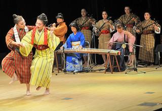 企画から運営まですべてを女性たちが手がけた初めての公演「みぃーどぅんの祭典」=8日夜、那覇市のパレット市民劇場