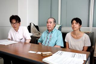 ハンセン病在宅治療者の問題を考えるシンポジウムの開催を告知した小林洋二弁護士、知念正勝さん、上原智子弁護士(左から)=13日午前、石垣市役所記者クラブ室