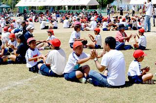 運動会で伝統となっている「みんなで遊ぼう」で、昔遊びを楽しむ児童たち=15日午前、大浜小