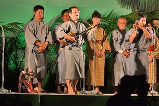 「2013年度とぅばらーま大会」で最優秀賞に輝き、熱唱する岡山創さん=17日午後9時52分、新栄公園