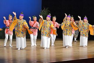 石婦連役員による「鷲ぬ鳥節」で幕開け、約200人の出演者がバラエティーに富んだ演目を披露した第23回婦人芸能大会=29日午後、市民会館大ホール