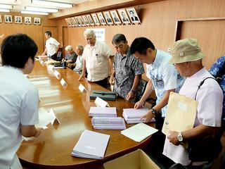 個人情報の取り扱いに関する協定を締結後、要援護者の名簿を受け取る公民館代表ら=9月30日