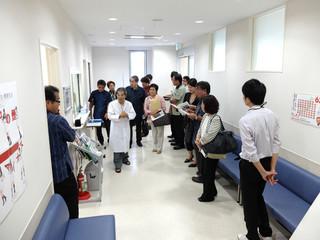 県立宮古病院に併設されている宮古島市休日夜間救急診療所を視察する八重山の医療を守る郡民の会のメンバーら=1日午後4時45分ごろ