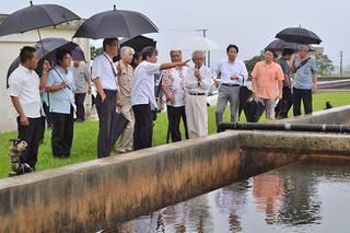 石垣浄水場を視察する市水道事業将来構想懇談会の委員ら=2日午後