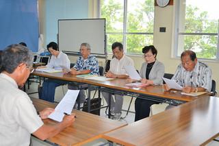 玉津博克市教育長の辞任を求め、要請を行う村田栄正共同代表(右端)ら=4日午前、市教育委員会