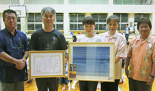17年にわたって西表島を修学旅行で訪れている大阪教育大学付属高等学校天王寺校舎への感謝状贈呈式=3日、西表小中学校体育館