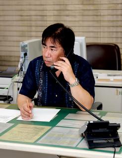 法務局休日相談所に寄せられた電話相談に対応する職員=6日午後、那覇地方法務局石垣支局