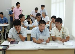 研修でタブレット端末を使う教員たち=10日午後2時半ごろ、石垣港離島ターミナル会議室