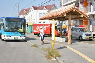 市内で新たに5カ所で屋根付きバス停が整備される。写真はサンエー前=8日午後