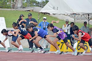 熱戦を繰り広げた八重山地区小学校陸上競技大会=12日午前、石垣市営陸上競技場