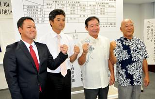 九州地区高校野球大会に向けて意気込みを新たにした県代表4校の監督ら。右は八重山商工の伊志嶺吉盛監督=17日午後、那覇市