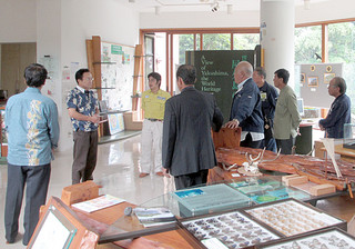 世界遺産センターで屋久島の現状や課題について説明を受ける竹富町議ら(町議会事務局提供)