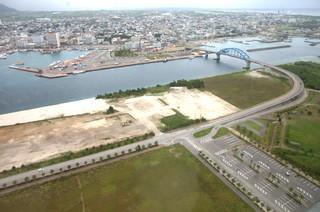町名が「南ぬ浜町」に選定された新港地区(手前)=2010年5月31日撮影