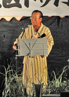 北部地区トゥバラーマ大会で最優秀賞となった島袋林功さん=19日夜、名護市の21世紀の森公園野外ステージ