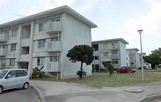 2013年度に新川地域居住機能再生計画が策定される予定の公営団地=22日正午すぎ、県営真喜良団地
