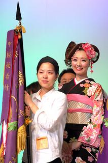 全日本美容技術選手権大会中振袖着付部門で優勝した新城桃子さん(左)とモデルの女性=22日、横浜アリーナ