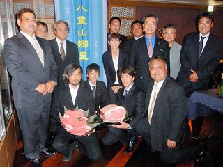 八重山産子牛ブランド「八重山郷里」を立ち上げた八重山郷里素牛生産者グループの会員ら=23日午後、東京都目黒区のホテル