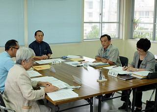 「思考停止」発言について説明する玉津博克教育長(右から2人目)=10月31日午後3時半ごろ