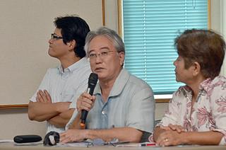石垣島観光の現状を説明する嘉数博仁氏(中央)=1日午後、大浜信泉記念館