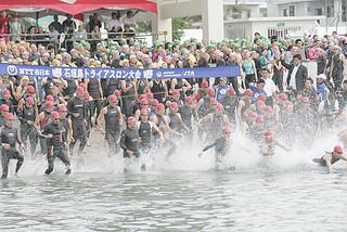 国内で人気のある石垣島トライアスロン大会=2013年4月14日、スイム会場の登野城漁港。来年の開催時期はメドがついていない