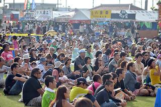 初日から多くの市民でにぎわいをみせた石垣島まつり=2日夕、真栄里公園