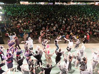 2日間で延べ5万人余りが詰めかけた石垣島まつり。郷土芸能の夕べ特別公演の後、「モーヤー」で舞台と会場が一体になった=3日午後8時35分ごろ