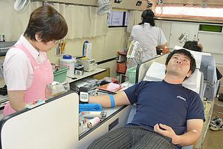 移動車両内で献血に協力する人たち=4日午前、メイクマン石垣店敷地内