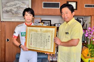 中山市長から市民栄誉章を受け取った新城選手(左)=6日午前、市長室